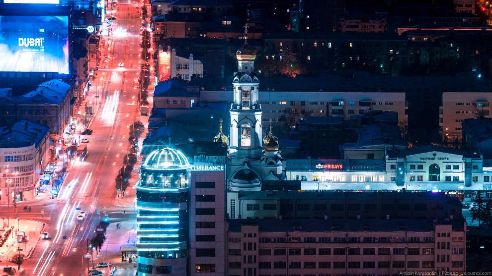 37. Площадь Парижской Коммуны с памятником Свердлову. На переднем плане театр оперы и балета, н