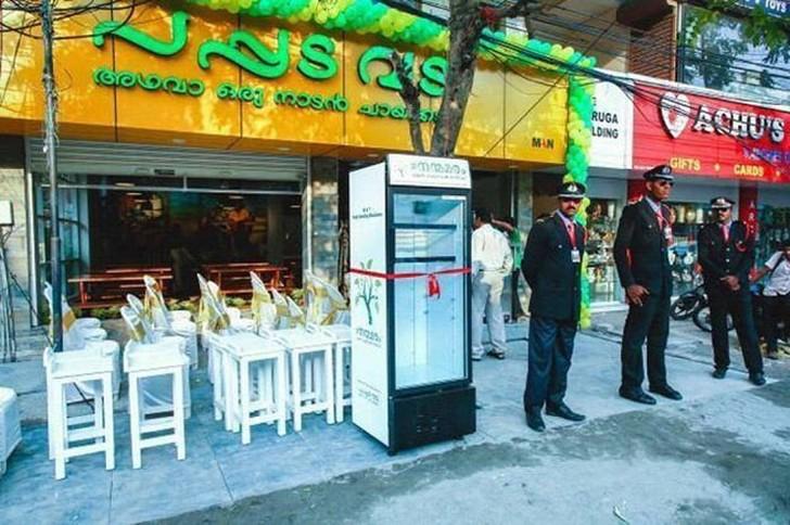 Владелица ресторана поставила холодильник с едой на улице, чтобы бездомные могли поесть (5 фото)