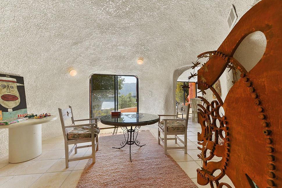 Дом стал объектом нападок и критики из-за своего экспериментального дизайна.