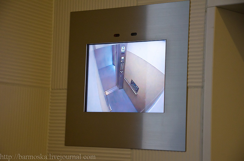 Сам лифт комфортный. Надписи на английском языке даже присутствуют. Указывает следующую остано