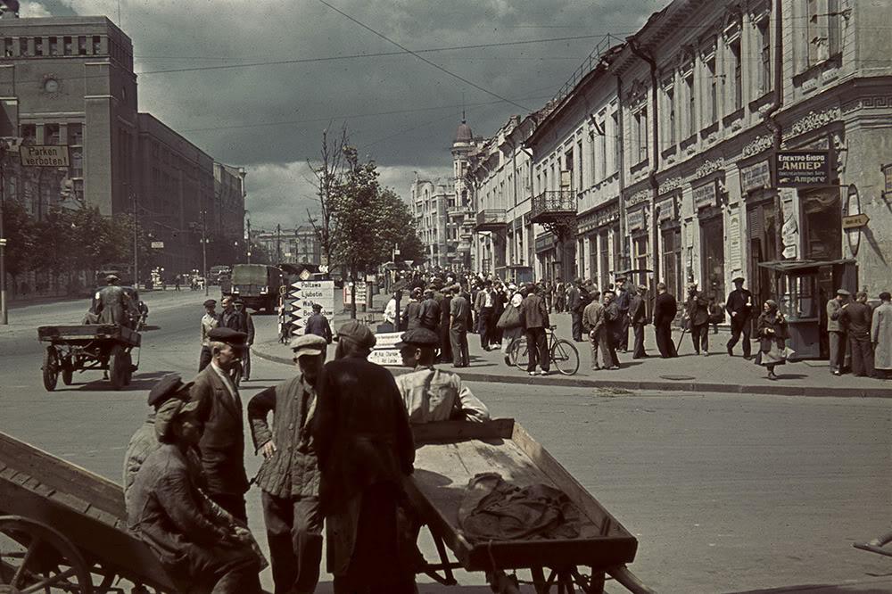 7. Площадь Тевелева в оккупированном Харькове (в настоящее время — площадь Конституции). Здание спра