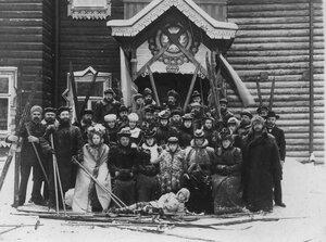 Группа членов кружка любителей лыжного спорта Полярная звезда после лыжной прогулки