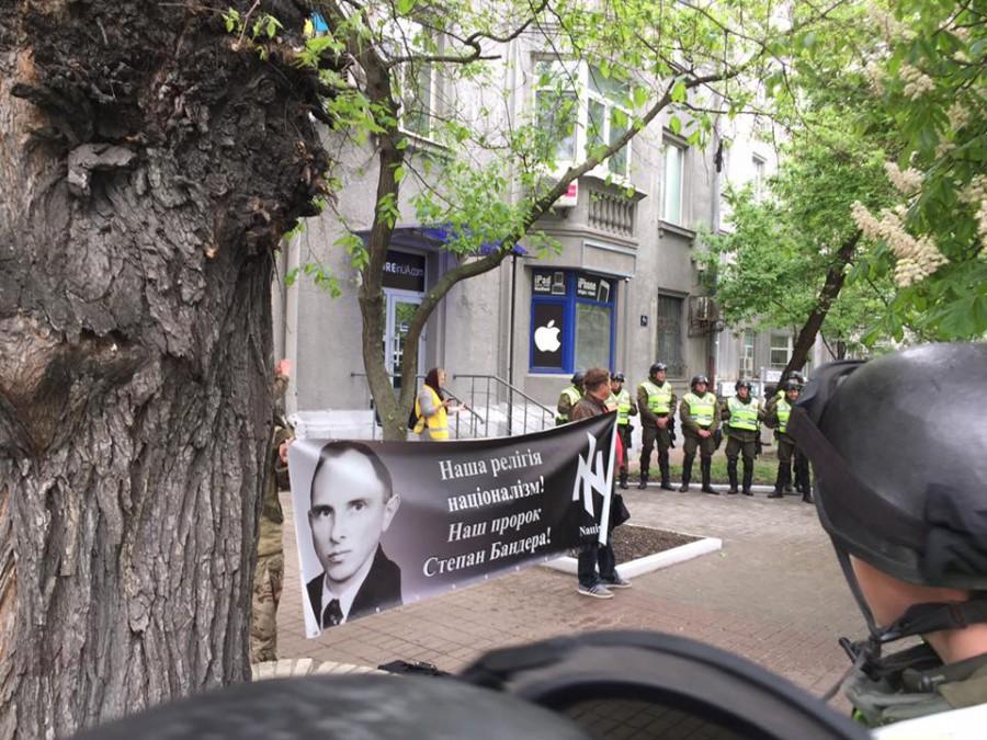 ВКиеве 2-х пенсионеров задержали забаннер сгеоргиевской лентой