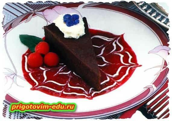 Шоколадный торт с ягодным соусом