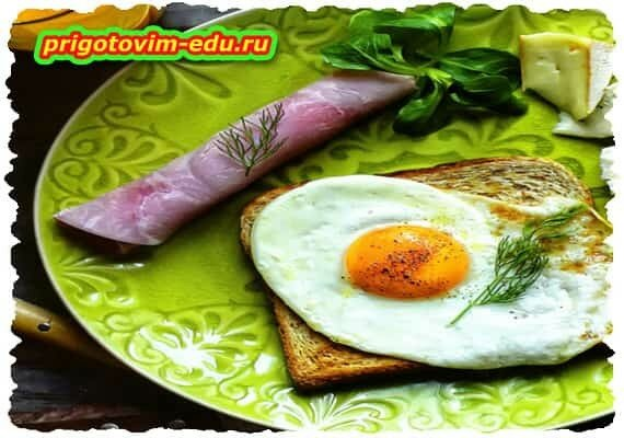 Бутерброд с яичницей и рулетик с сыром
