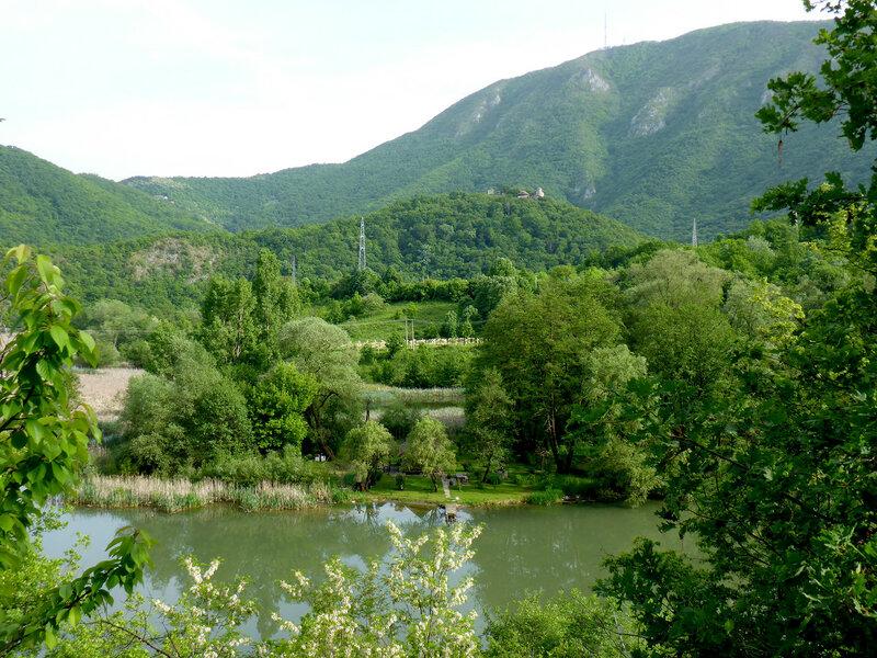 пейзаж и монастырь успенье в овчар-кабларском ущелье