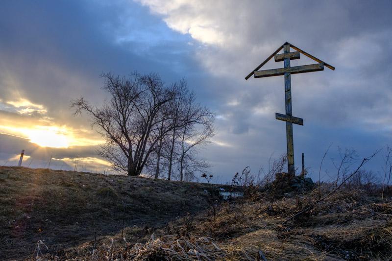 крест на дороге, крест установленный на обочине