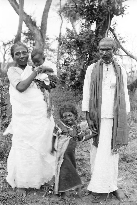 299. Пара сингальских учителей веддской школы со своими детьми