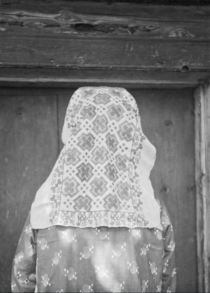 Куземкино. 63-летняя жительница в вышитом платке (вид со спины)