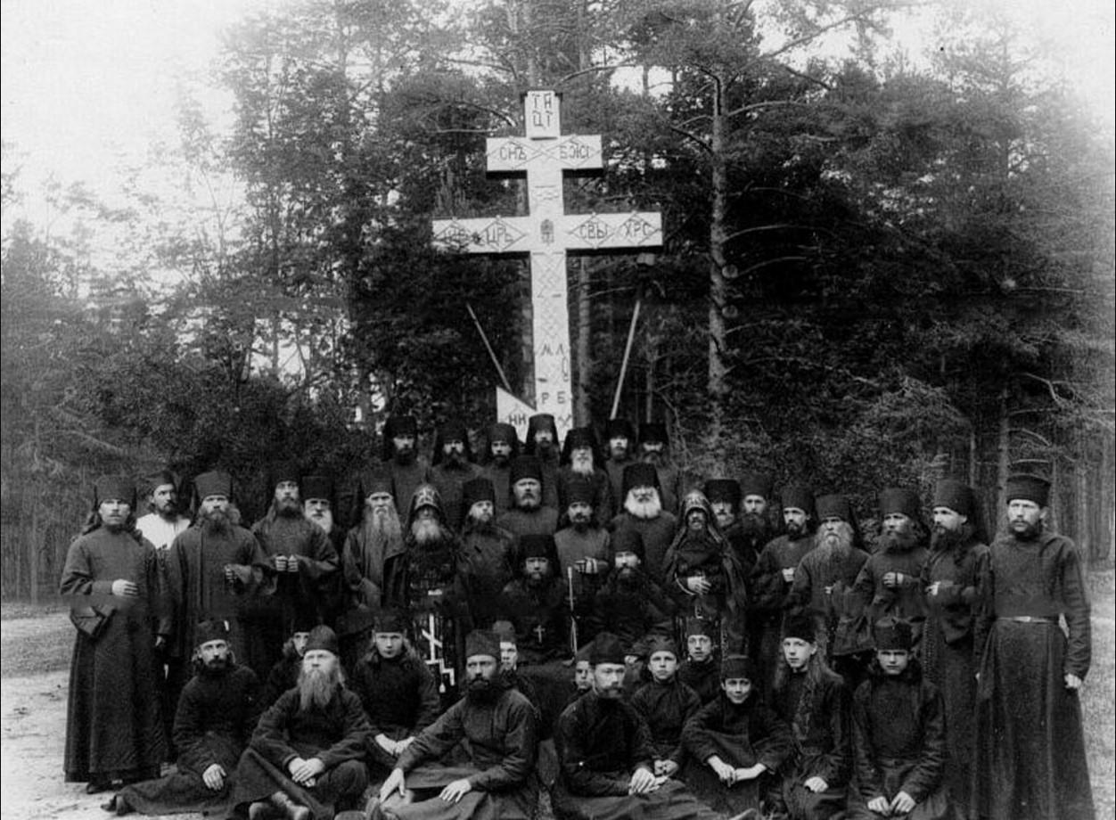78. Группа монахов и схимников с настоятелем монастыря около надгробного креста