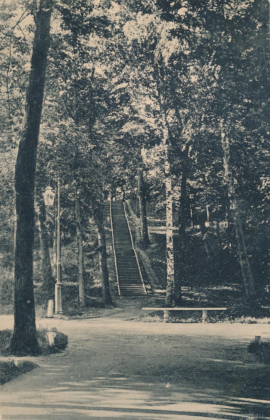 Пирамидная лестница в нижнем парке