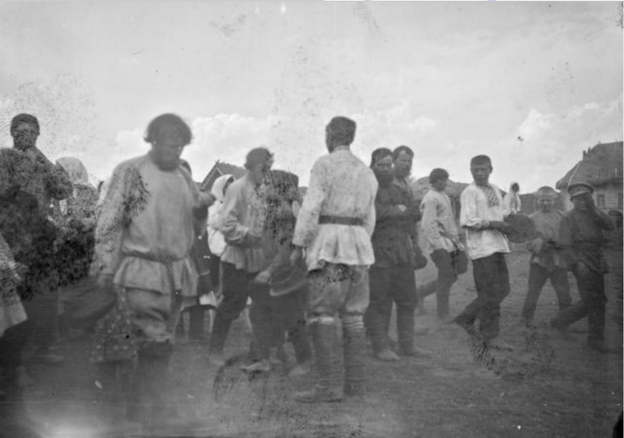 Мобилизованные мужчины проходят через село