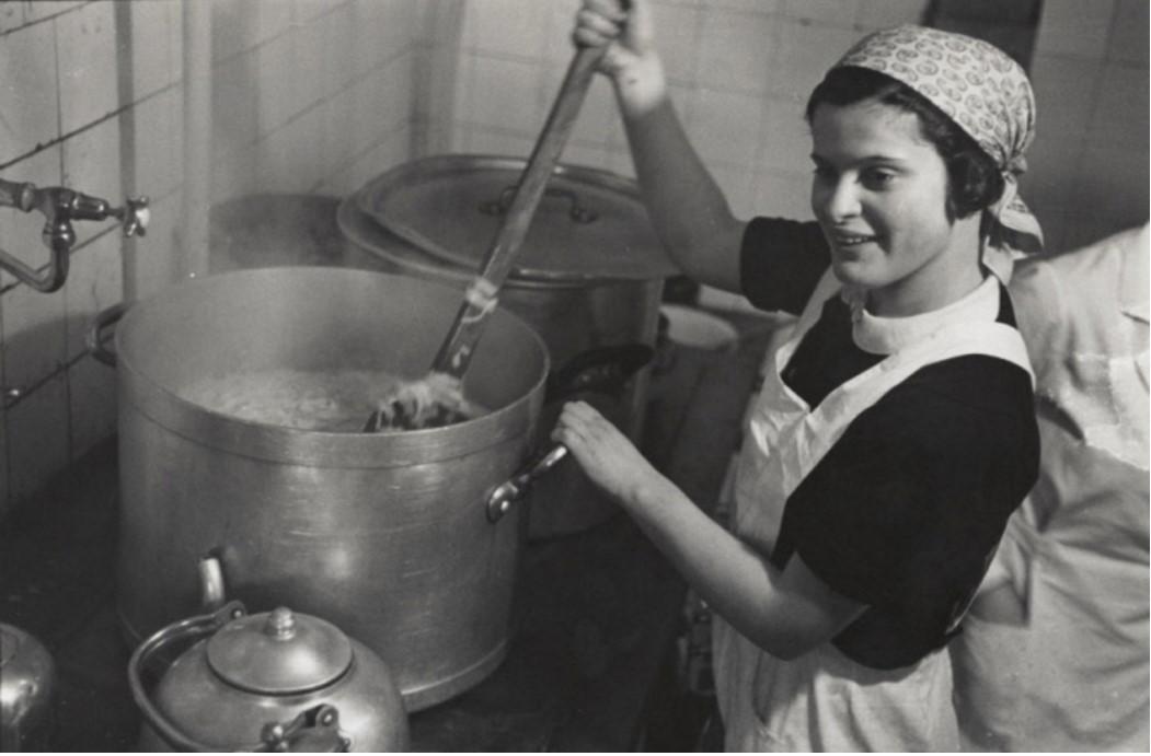1938. Женщина на кухне фермы для немецкой еврейской молодежи, ожидающей очереди на иммиграцию. Бранденбург, Германия
