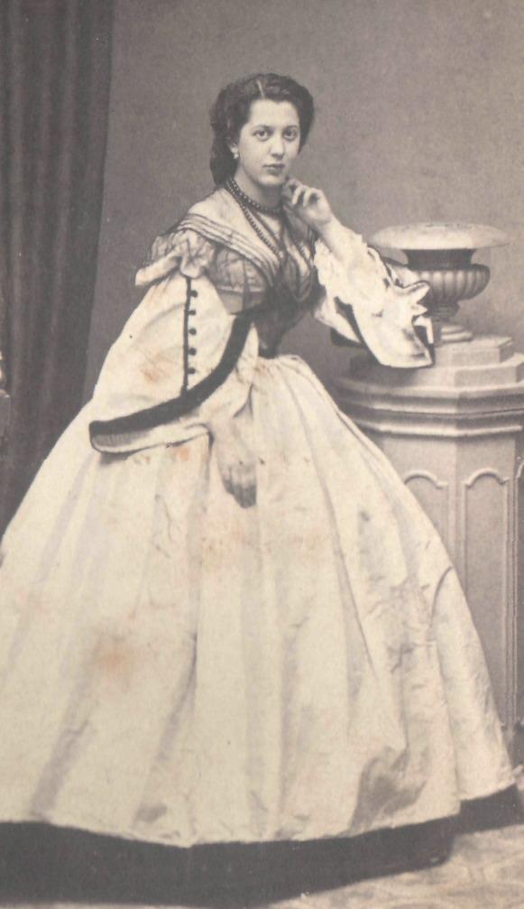 Портрет женщины в светлом платье на кринолине. 1860-е