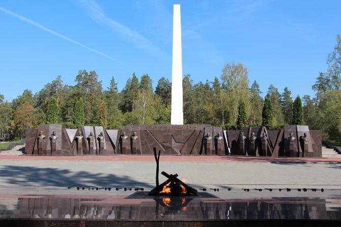 Аллея Героев на мемориальном комплексе Партизанская поляна.jpg