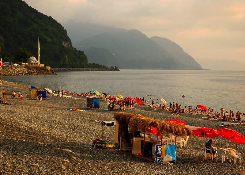В сезон на пляже Сарпи предоставляются все услуги