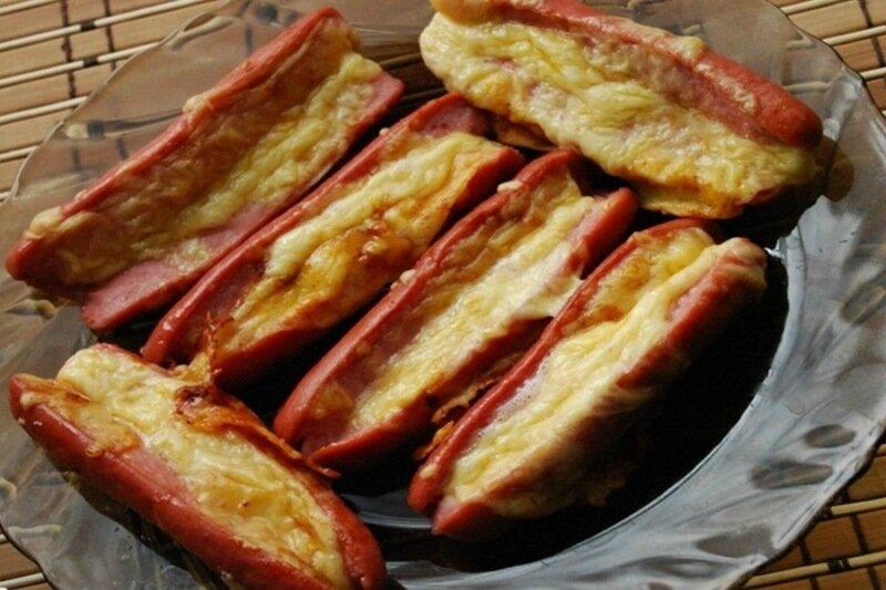 Сосиски с чесноком и сыром в духовке