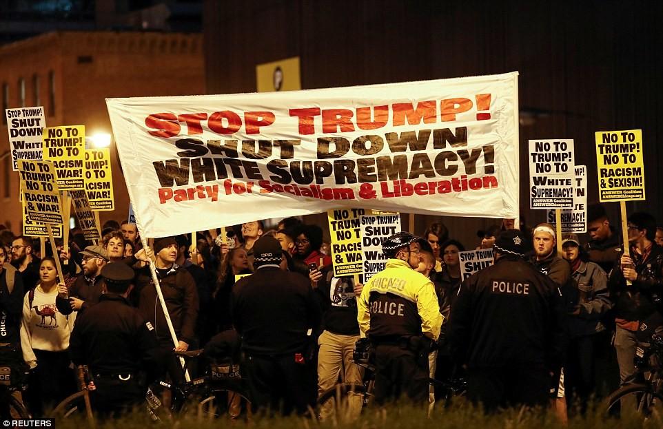 Бостон Небольшая группа около 50 человек, которые собрались в Boston Common, чтобы протестовать прот