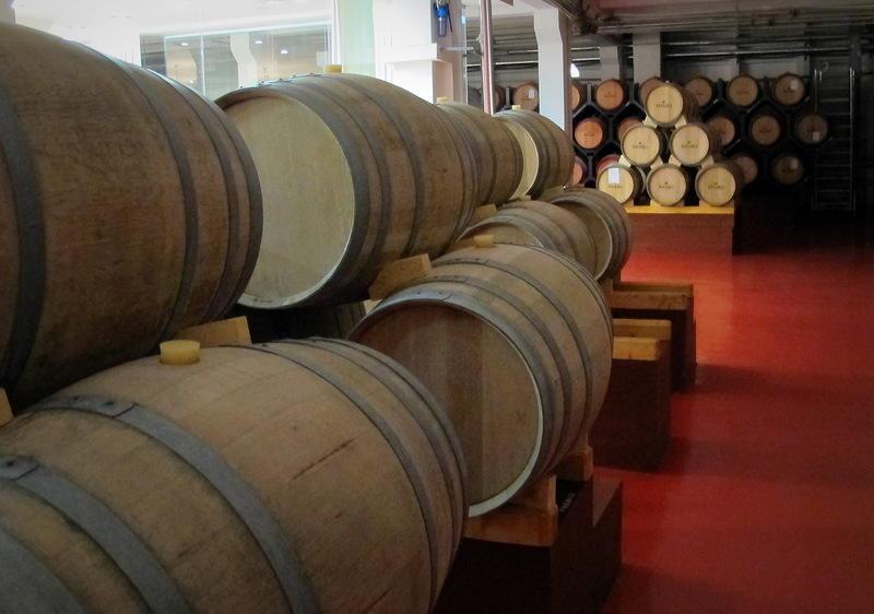 50. Вина в бокал наливают немного, на одну треть или четверть, оценивают цвет и прозрачность, затем