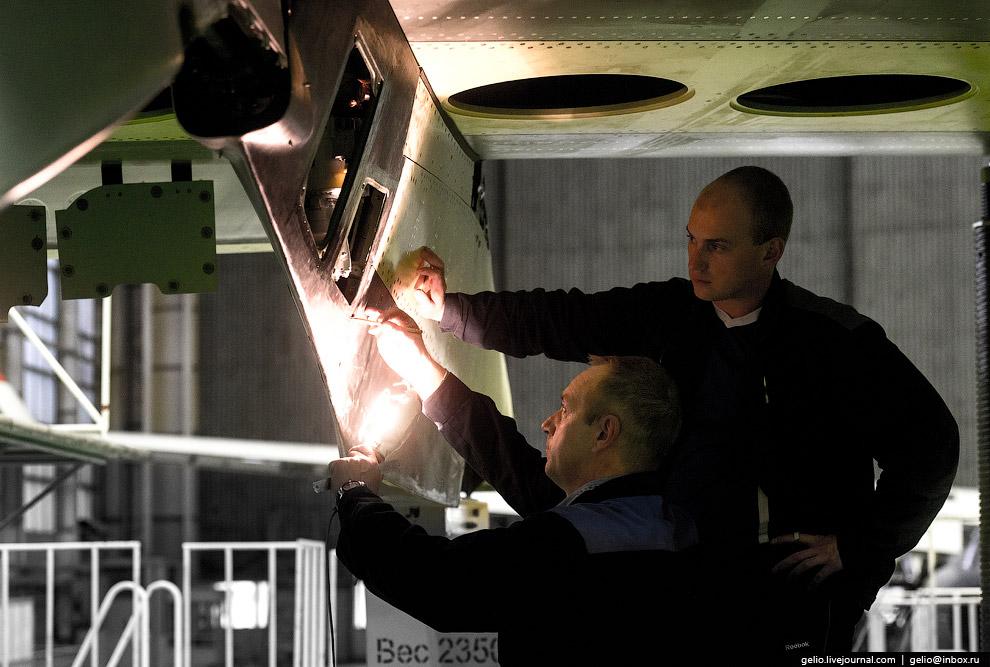 22. В ходе монтажа крыла используют весовые макеты силовой установки. Масса жёлтого куба — окол