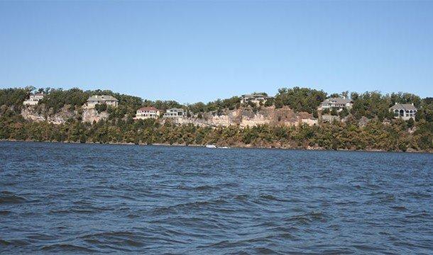 Это искусственное озеро было создано в результате запруживания реки Осейдж (Osage River). Кстати, во