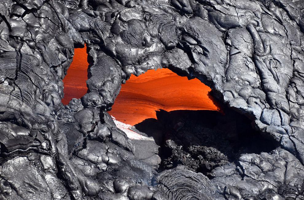 Падение лавы из Килауэа в Тихий океан — красивое зрелище. (Фото Caleb Jones):