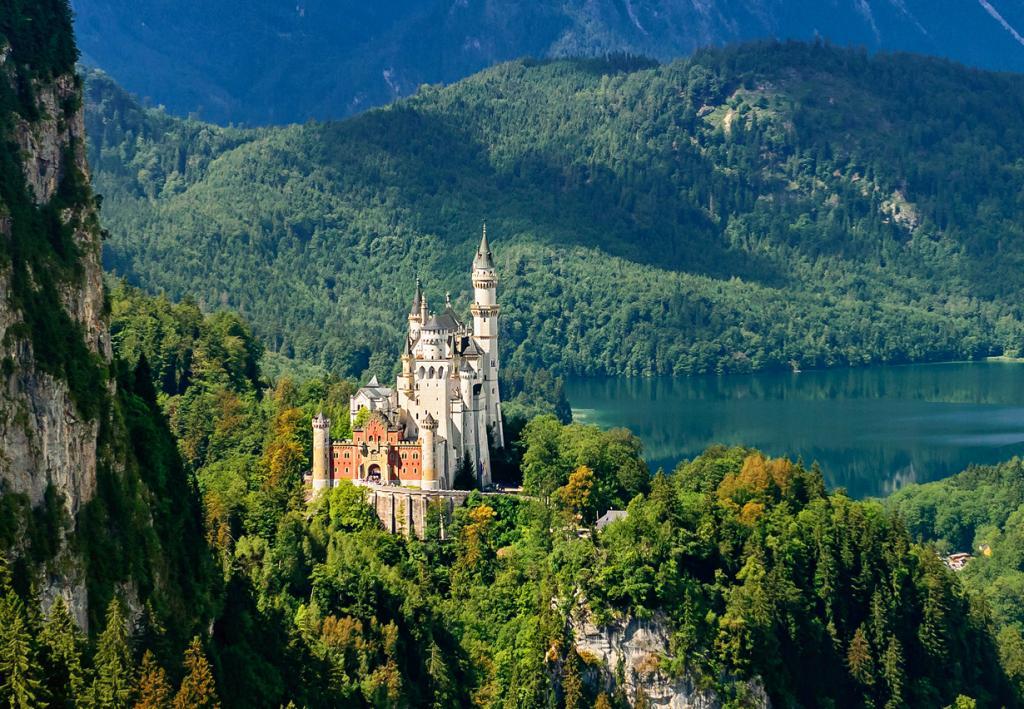 1 место. Замок Нойшванштайн. Расположен в Баварии близ города Фюссен. Время строительства — 1869