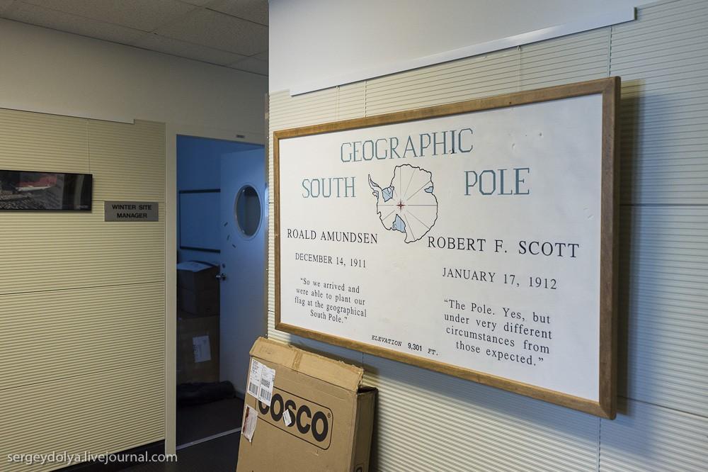 24. Старая табличка станции. Амундсен и Скотт — два первооткрывателя, которые покорили Южный полюс п