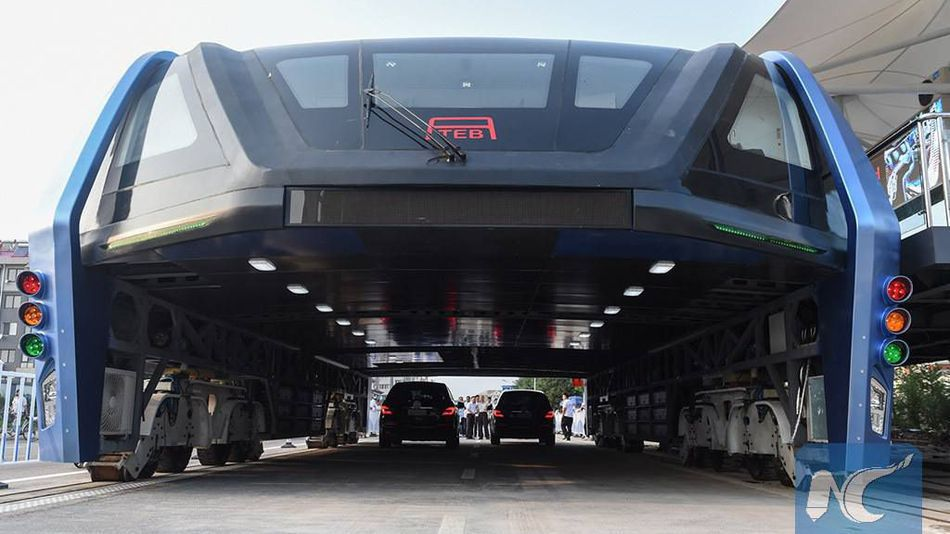 В мае китайские инженеры явили миру прототип громадного автобуса с электродвигателем, который проезж