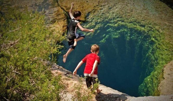 Колодец около 10 метров в глубину, но на его дне начинаются бесконечные ответвления, которые до конц