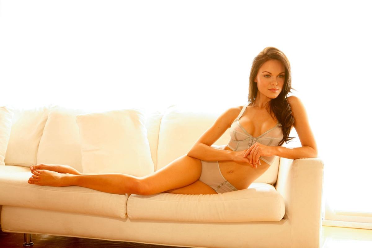 Аня родилась в Вологде в 1984 году. В возрасте шести лет вместе с мамой переехала во Флориду. Там ок