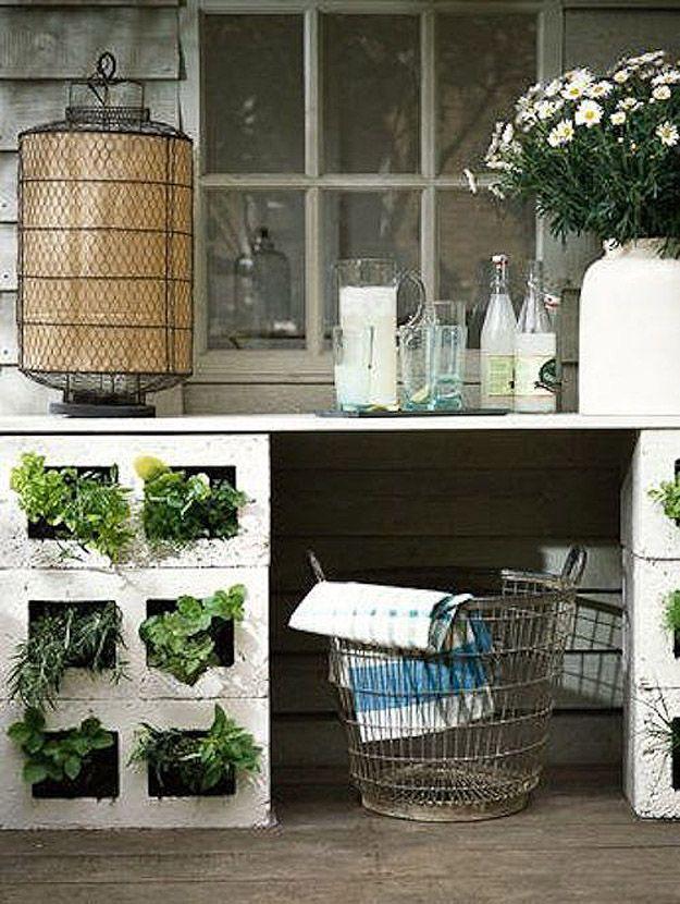 28. В шлакобетонные блоки можно поставить комнатные растения! В саду они будут выглядеть как раз в т