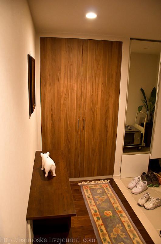 Открываем дверь слева и заглядываем внутрь. Небольшая жилая комната, письменный стол, телевизор, фут