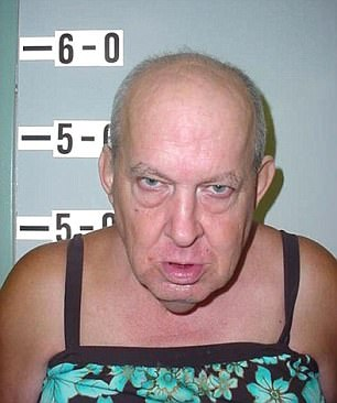Пожилой мужчина был задержан в весьма любопытном одеянии.