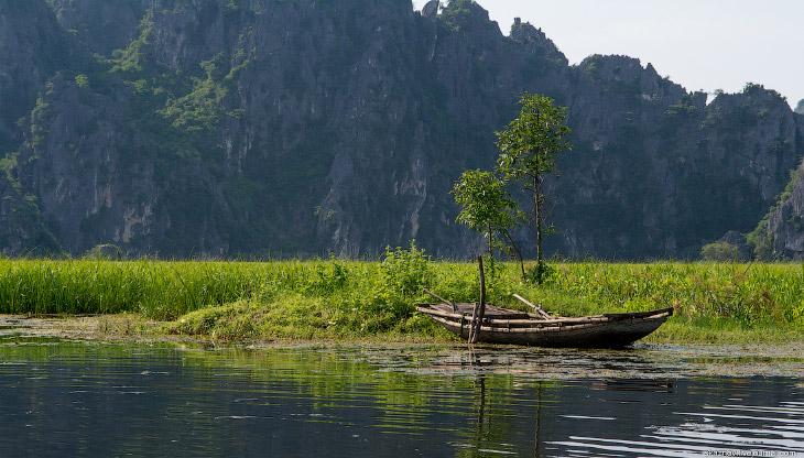 2. Здесь стоит такая тишина, что слышно, как плещутся рыбы и весла рассекают воду. До нас доносится