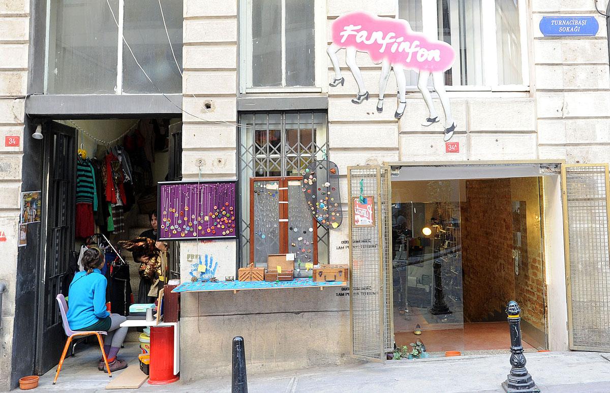 42. Больше всего магазинов располагается на улице Турнаджибаши, которая соединяет Чихангир и Истикля