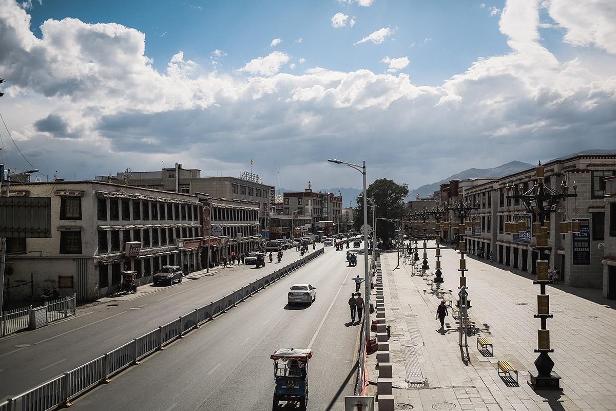 2. Улицы новых районов широкие, много общественного транспорта и машин, хотя попадаются и рикши.