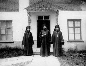 Архиепископ Финляндский и Выборгский Антоний (в центре) с монашествующим духовенством Коневского Рождественского монастыря.