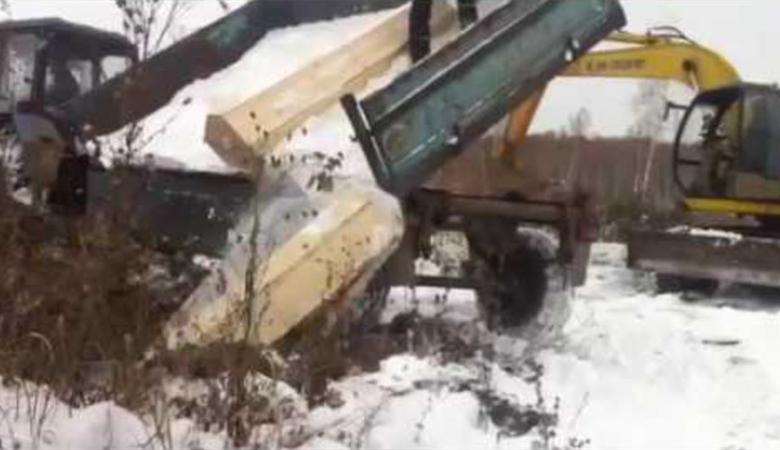 Антикризисные похороны в РФ: экскаваторы скидывают гробы втраншеи