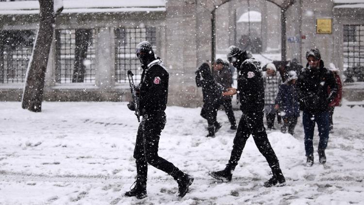 Встамбульском метро ищут напавшего наночной клуб террориста