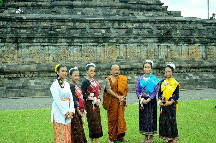 Девушки с монахом