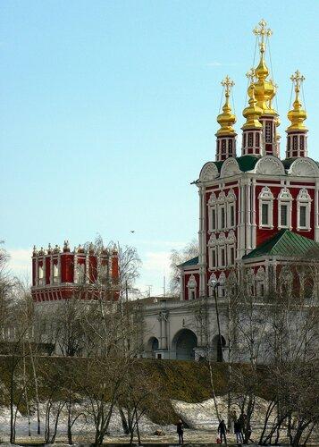 Надвратная церковь с башней Новодевичьего монастыря
