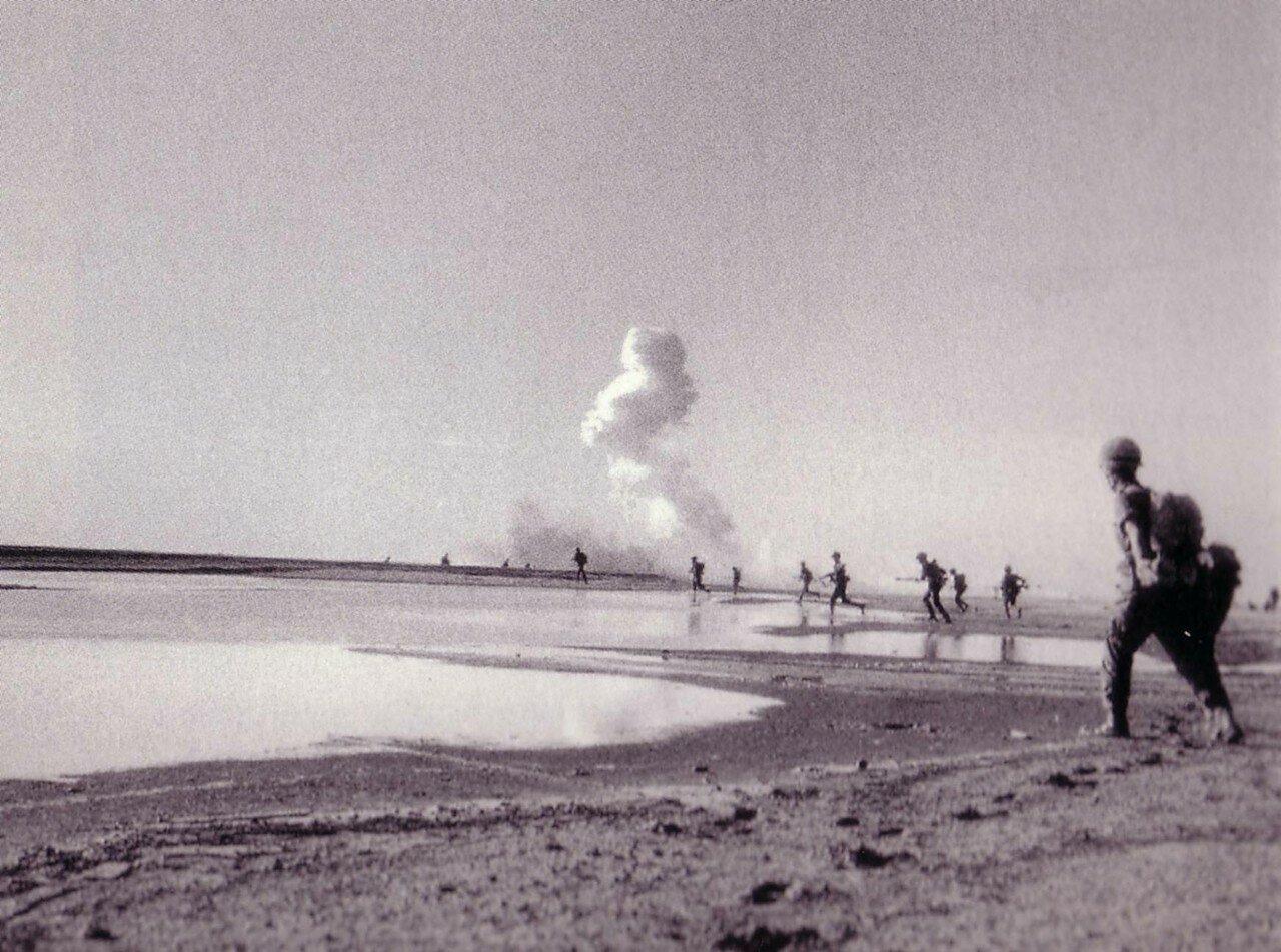 Израильские десантники продвигаются по Синаю