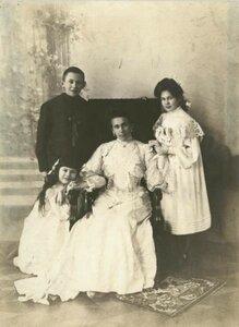 1903. Портрет Зинаиды Григорьевны Морозовой с детьми Тимофеем, Марией, Люлютой