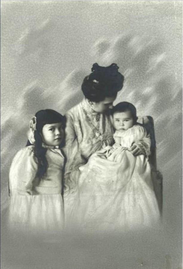 1903. Портрет Зинаиды Григорьевны Морозовой с дочерью Марией и сыном Саввой