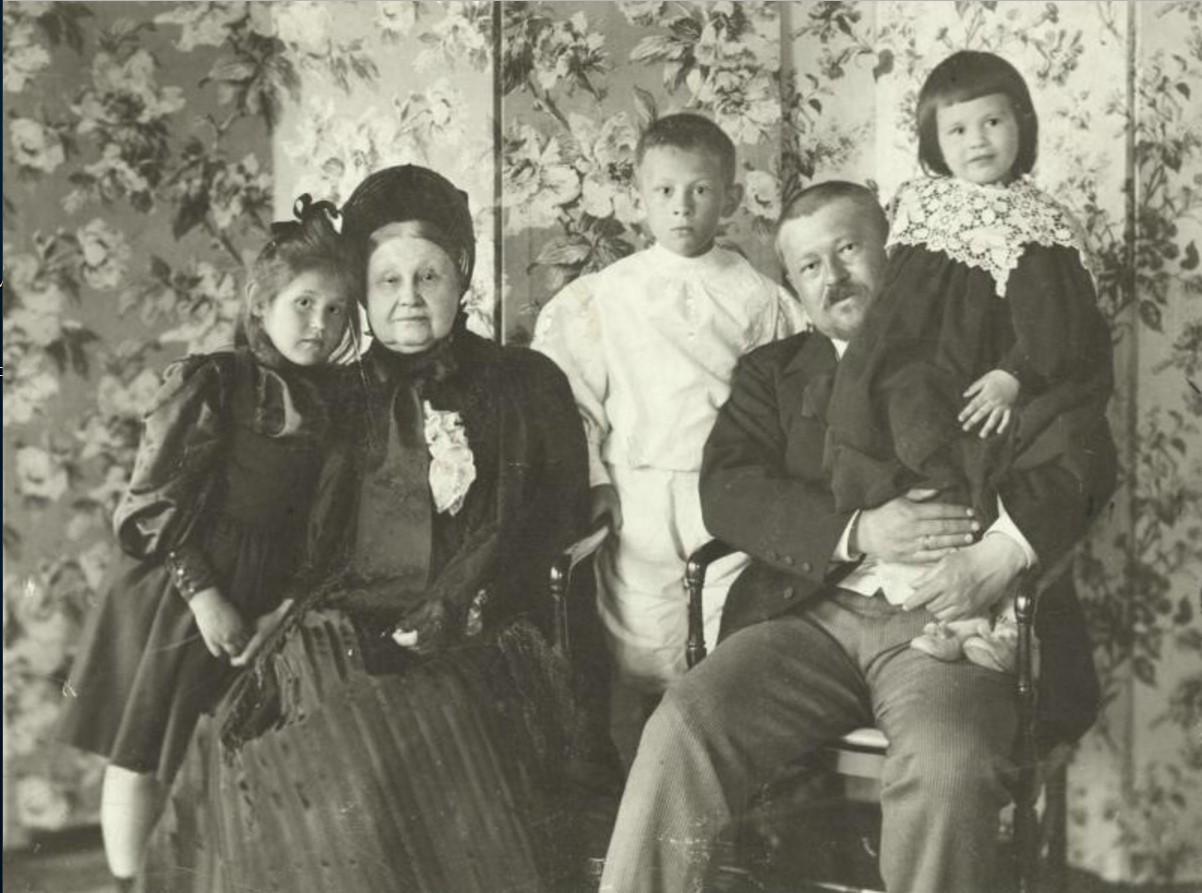 Портрет семьи Морозовых. Слева направо Мария, Мария Федоровна, Тимофей, Савва и Люлюта