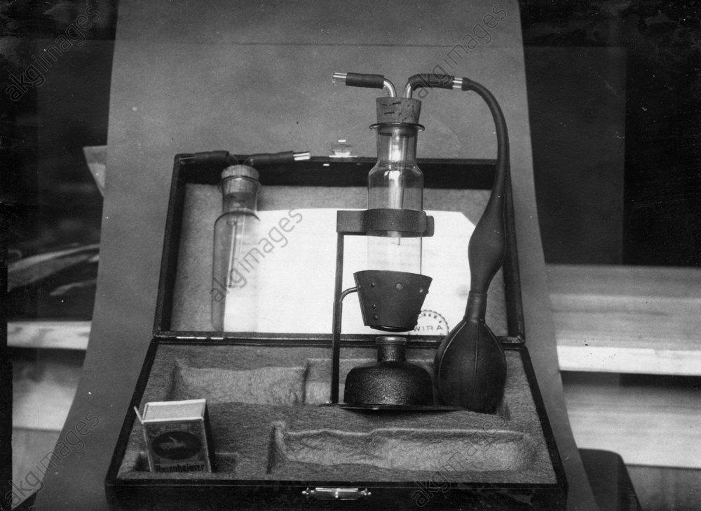 Jodsandzerstдuber zur Sichtbarmachung - Iodine sprinkler used for fingerprinting -