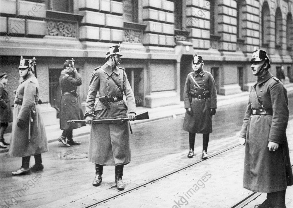 Reichstagswahl/Polizei b. Sicherheitsd. - Reichstag Election / Berlin / 1933 - Йlections lйgislat./ Service de sйcuritй