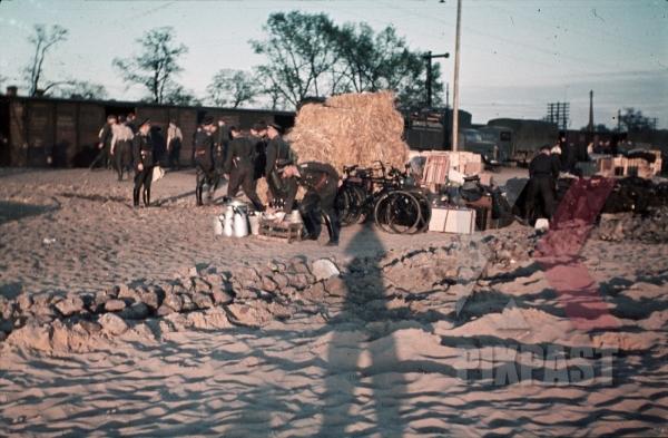 stock-photo-luftlotte-loading-trains-in-minsk-1942-8455.jpg