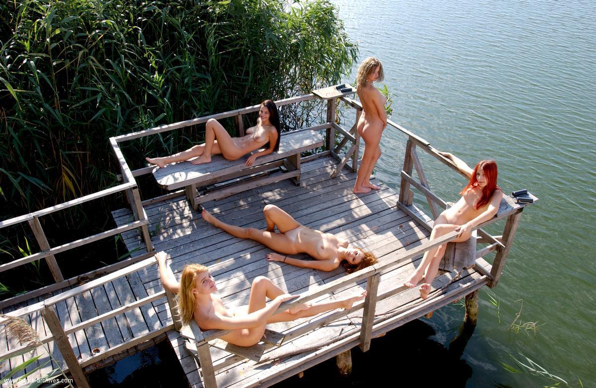 Пять голых девушек на пирсе